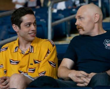 Scott und Ray sitzen auf der Tribüne und schauen Baseball in The King of Staten Island.