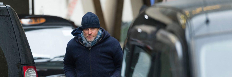 Woody Harrelson läuft über eine Straße an einem Taxi vorbei, Lost in London ©Tiberius Film