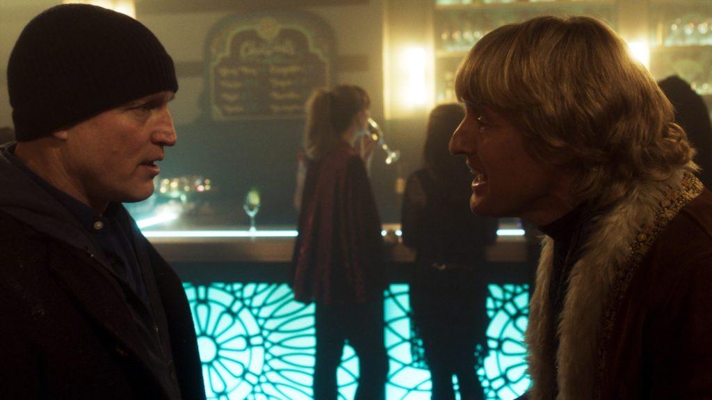 Woody Harrelson und Owen Wilson stehen sich in einem Club gegenüber und unterhalten sich angeregt, Lost in London