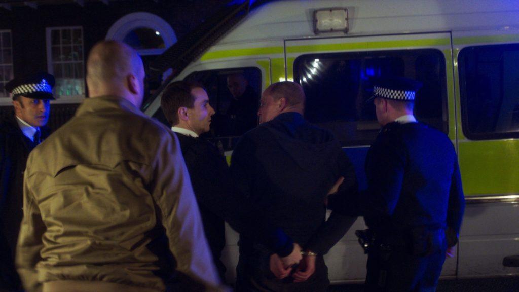 Woody Harrelson wird von zwei Polizisten abgeführt und in einem Polizei-Van gesetzt, Lost in London ©Tiberius Film