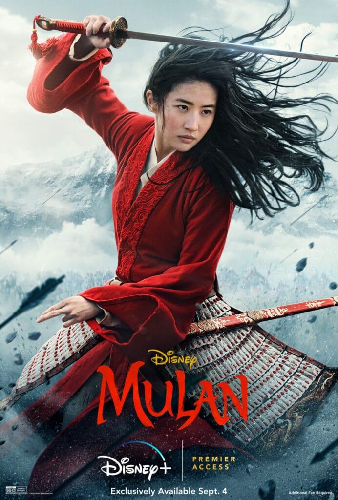 Das Filmplakat zu Mulan (2020) zeigt Yifei Liu in Kämpferpose mit einem traditionellen chinesischen Schwert und in knallig-rotem Gewand.