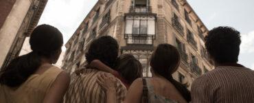 Die Familie Olmedo blick zu ihrer neuen Wohnung