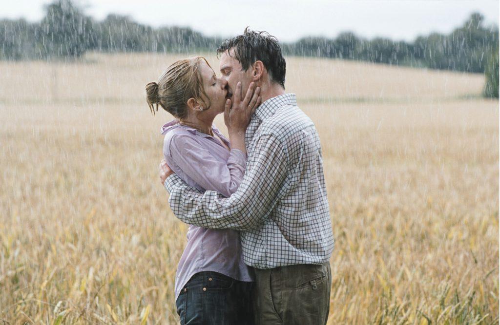 Nola (Scarlett Johansson) und Chris (Jonathan Rhys Meyers) küssen sich leidenschaftlich im Regen