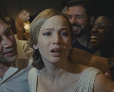 Jennifer Lawrence erscheint hilflos zwischen ihrem Mann und den ganzen Fremden, die sie umringen - Neu auf Netflix im August 2020