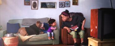 Eine Enkelin sitzt mit ihrer Großmutter beim Fernsehen und offenbar streiten sich die beiden. Neben dem Mädchen sitzt ein Hund auf der Couch.