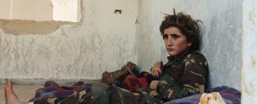 Der 13-jährige Osama Osama sitzt verängstigt auf seinem Lager im Trainnigscamp der Salafisten.