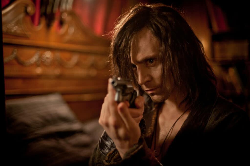 Der Vampir zielt mit einem Revolver in Richtung Kamera