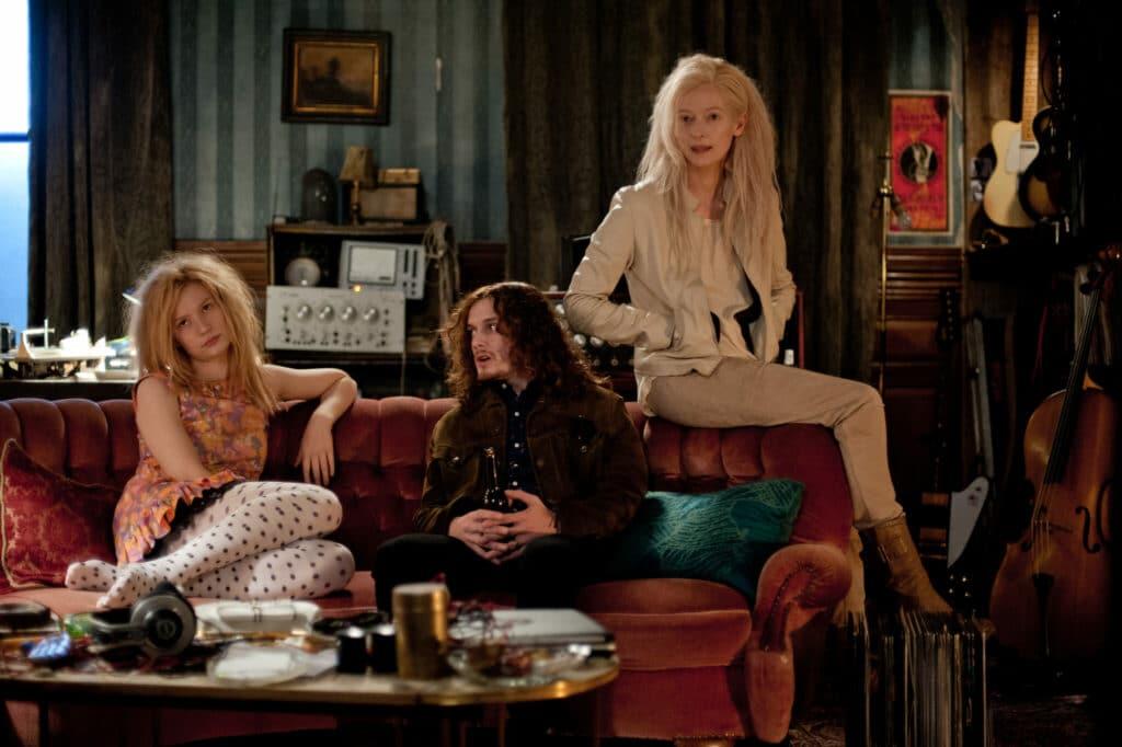 Ava, Eve und Ian sitzen auf einem Sofa und schauen in Richtung Kamera in Only Lovers Left Alive
