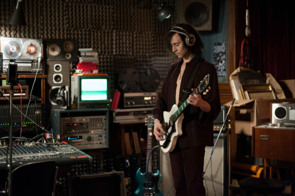 Adam steht in seinem selbstgebauten Tonstudio und spielt gedankenverloren Gitarre in Only Lovers Left Alive