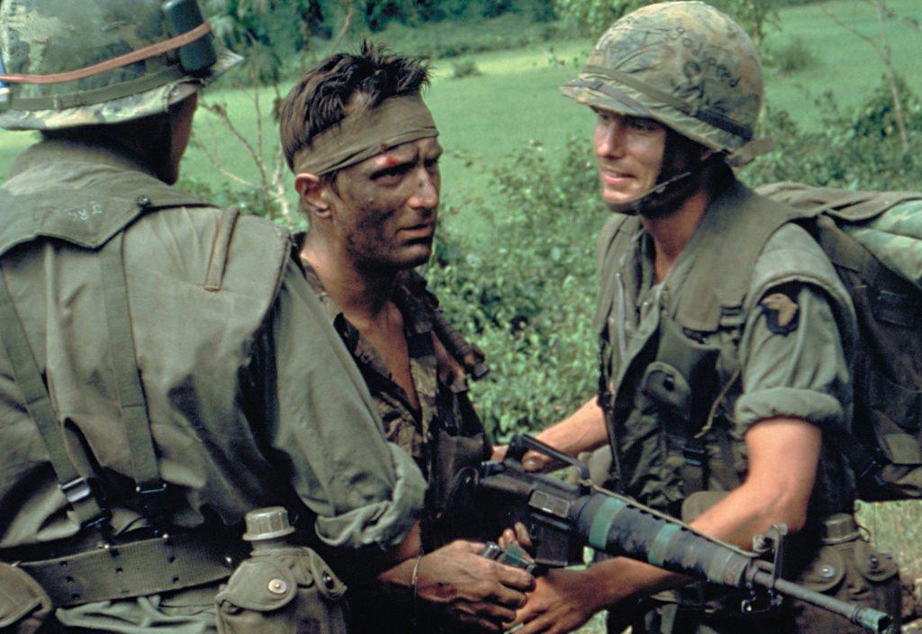 Die Soldaten in Tarnkleidung mit einem Sturmgewehr in der Hand, starren in die Ferne