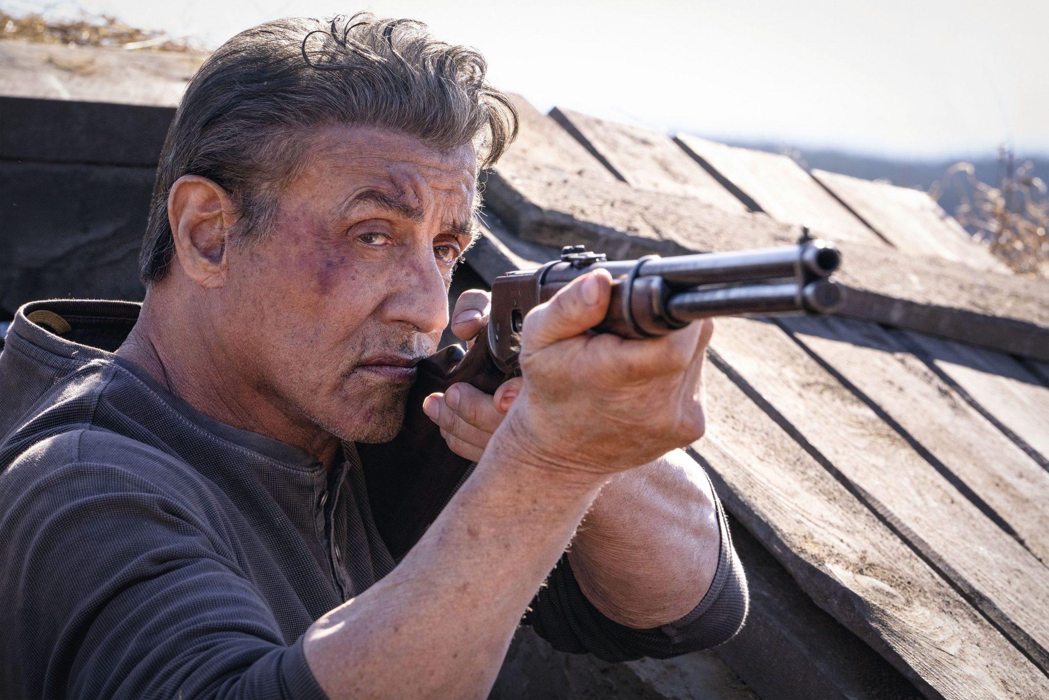 Mit einem Gewehr bewaffnet, empfängt John Rambo (Sylvester Stallone) offensichtlich unerwarteten Besuch © Universum Film