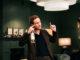Simon (Frederick Lau) disskutiert, während er eine Weinflasche in der Hand hält