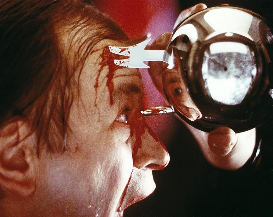 Vater Meyers (Kenneth Tigar) wird von einer silbernen Kugel am Kopf aufgespießt