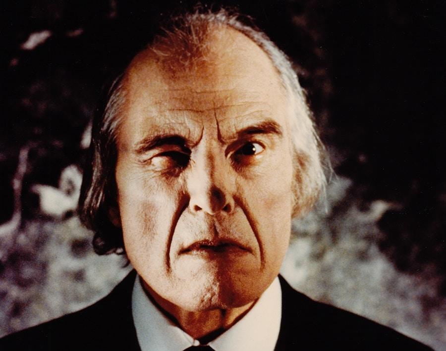 Nahaufnahme von Angus Scrimm als Tall Man im Anzug mit grimmiger Mimik in Phantasm 2