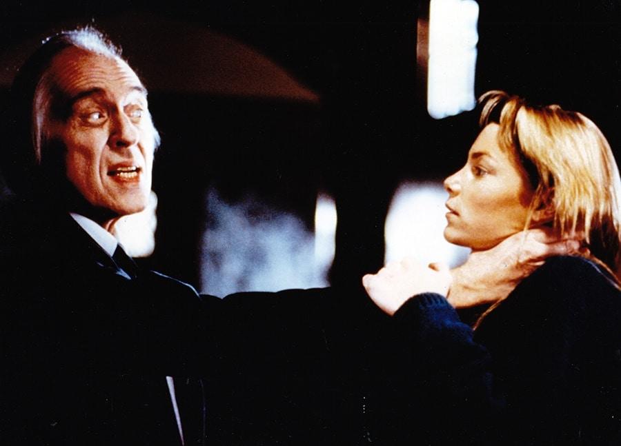 Der Tall Man (Angus Scrimm) würgt Liz (Paula Irvine) mit ausgestrecktem Arm