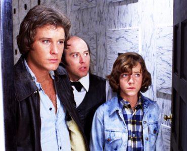 Michael Baldwin, Bill Thornbury und Reggie Bannister stehen nebeneinander in einer Friedhofshalle | Phantasm - Das Böse