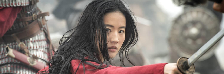 Mulan (Yifei Liu) in traditionell rotem Gewand, mit Schwert in kämpferischer Pose.