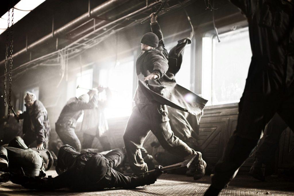In einer Actionszene in Snowpiercer bekämpfen sich mehrere Leute mit Hammern und anderen Werkzeugen