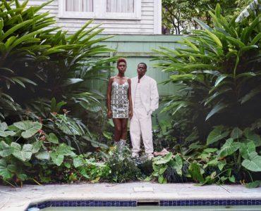 Die beiden Hauptfiguren Ernest Hines (Daniel Kaluuya) und Angela Johnson (Jodie Turner-Smith) stehen nebeneinander umgeben von grünen Pflanzen und vor einem Zaun und gucken in die Kamera in Queen & Slim © Universal Pictures