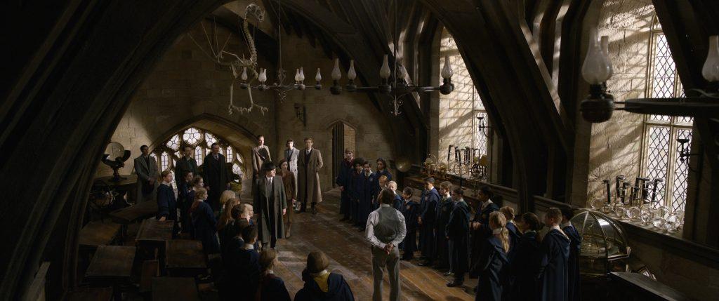 Dumbledore (Jude Law) beim Unterrichten seiner Schüler in Hogwarts in Phantastische Tierwesen: Grindelwalds Verbrechen zu sehen. © Warner Bros. Entertainment Inc.