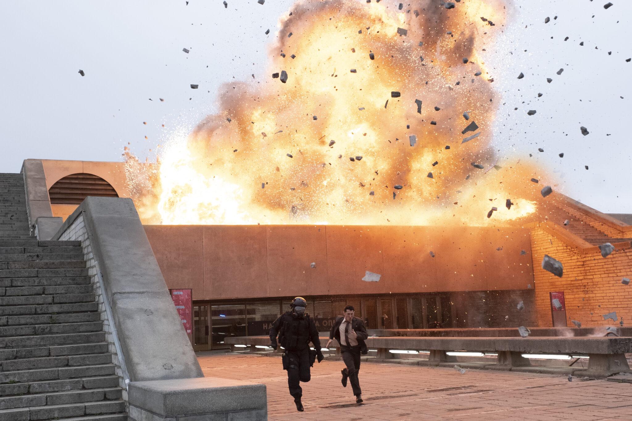 Zwei Männer rennen aus einem brennenden Gebäude
