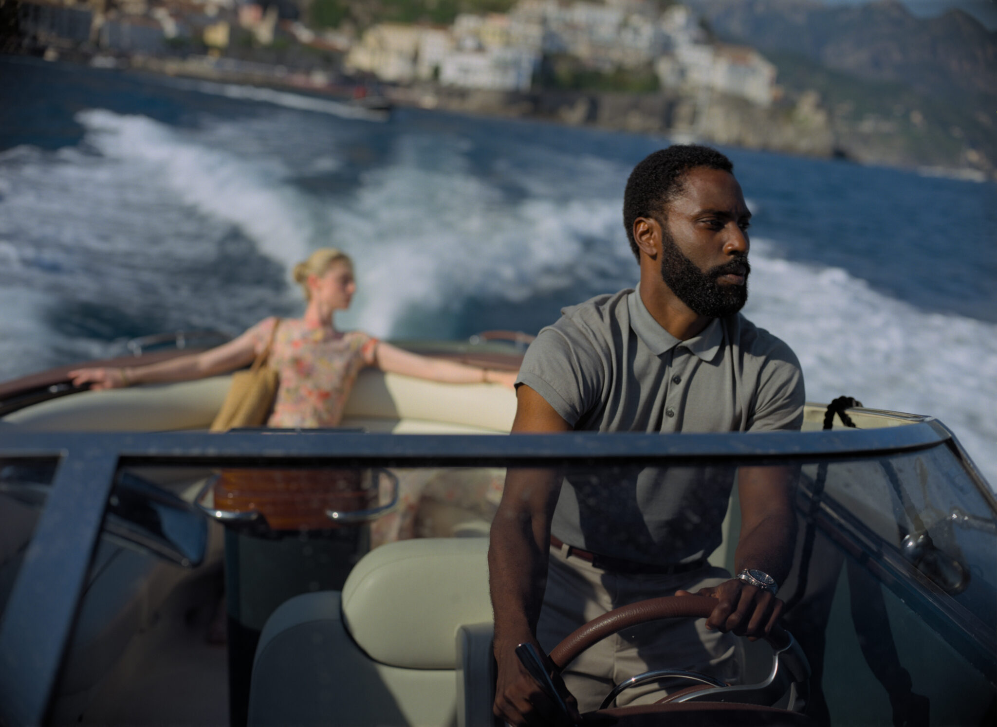 Der Protagonist steuert eine Yacht in Tenet, auf dem Rücksitz ist Elizabeth Debicki zu erkennen
