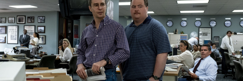 Richard Jewell zusammen mit seinem Anwalt mitten in einer Zeitungsredaktion. Beide sehen angespannt aus