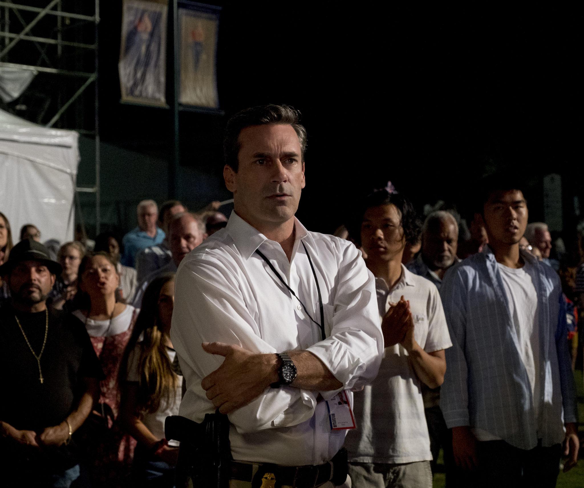 FBI Agent Tom Shaw (Jon Hamm) beobachtet wachsam die Menge, in welcher er sich befindet. Statt findet das bei einer Veranstaltung der Olympischen Spiele.