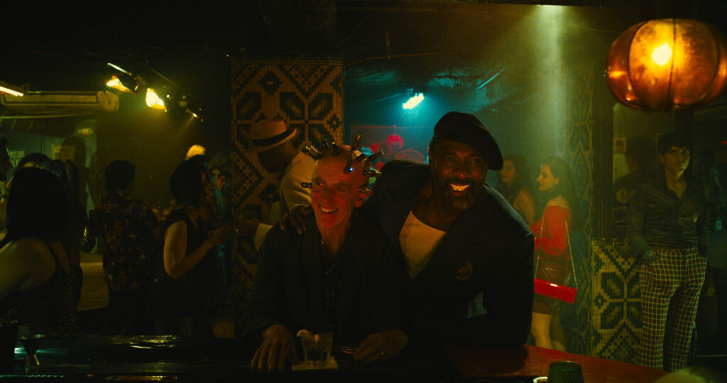 In einer zwielichtigen Bar hat Bloodsport den Thinker aufgespürt und rückt ihm lächelnd auf die Pelle - The Suicide Squad.