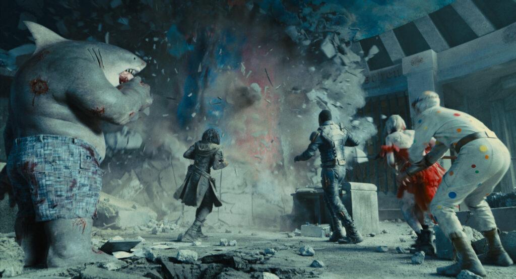 Nanaue, Ratcatcher II, Bloodsport, Peacemaker und Polka-Dot Man schrecken angesichts des gigantischen Monsters, das sich seinen Weg durch die Häuser der Stadt fräst, zurück - The Suicide Squad.