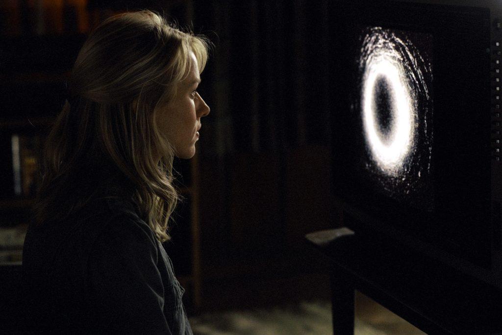 Rachel (Naomi Watts) schaut sich in Ring das verhängnisvolle und verstörende Video an. © Universal Pictures Germany