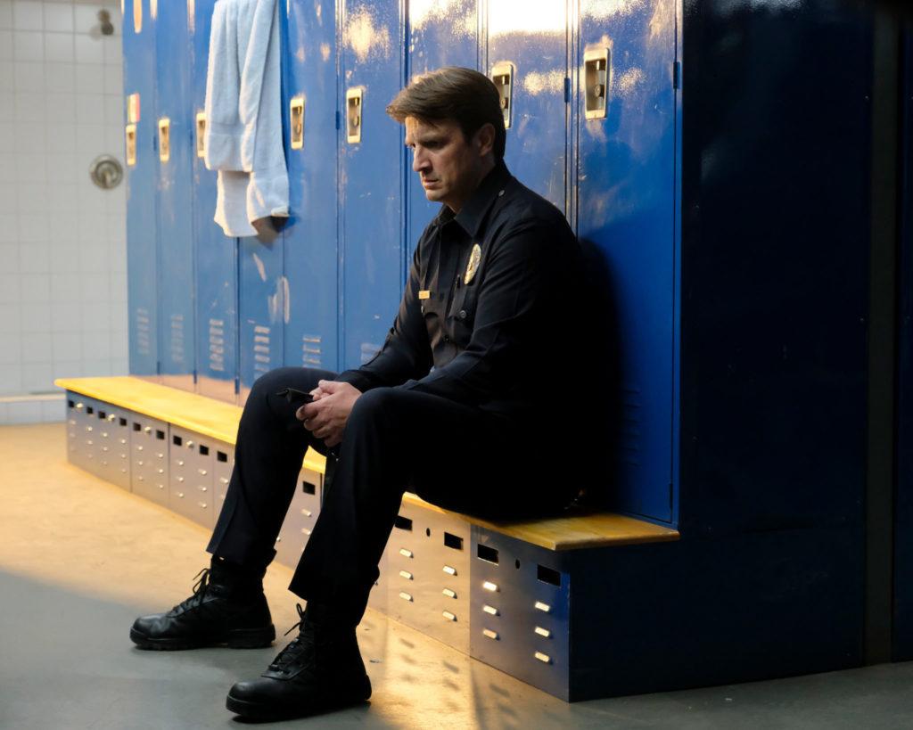Josh Nolan sitzt auf einer Bank in der Umkleidekabine, The Rookie - Staffel 1 © Entertainment One