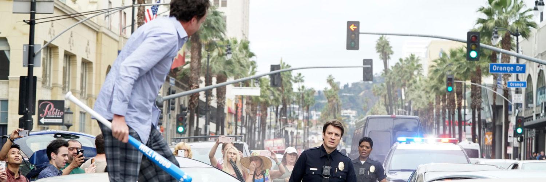 Josh Nolan steht vor einem Mann mit einem Baseballschläger, der auf einer Motorhaube steht, The Rookie - Staffel 1 © Entertainment One