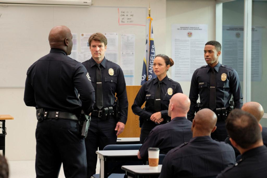 Wade Grey, Josh Nolan, Lucy Chen und Jackson West stehen nebeneinander im Versammlungsraum, The Rookie - Staffel 1 © Entertainment One