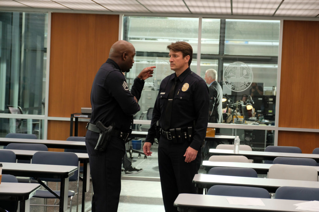 Sergeant Wade Grey weist Josh Nolan im Versammlungsraum zurecht, The Rookie - Staffel 1 © Entertainment One