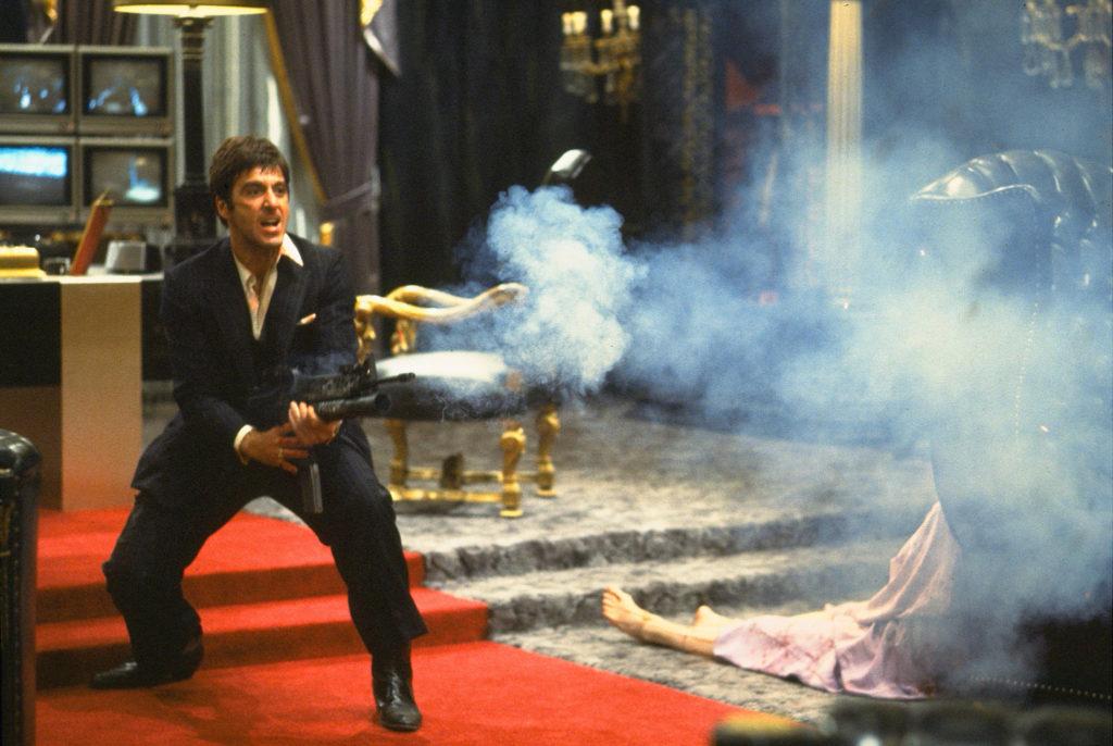 Tony Monatana aka Scarface, gespielt von Al Pacino, wehrt sich mit schwerem Kaliber gegen Eindringlinge.