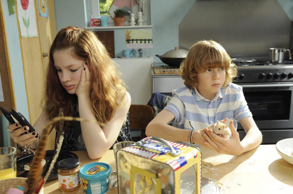 """Arina Prokofyeva als """"Emma"""" und Arsseni Bultmann als """"Tobias"""" in """"Schatz, nimm du sie!"""""""
