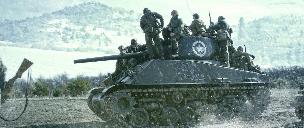 Ein Panzer mit Soldaten vor einer verschneiten Landschaft, Schlacht in den Ardennen