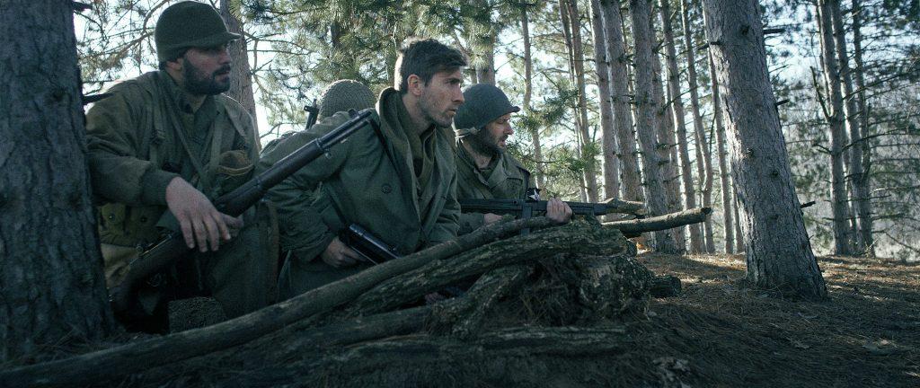 US-Soldaten liegen im Wald auf der Lauer, Schlacht in den Ardennen