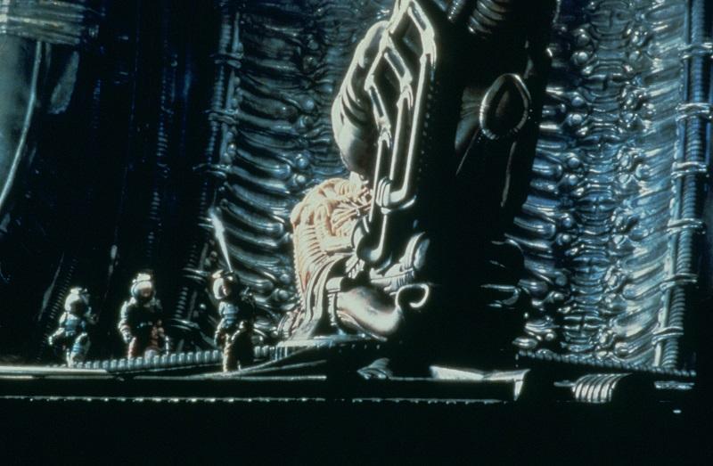 Die Astronauten auf Außeneinsatz entdecken in einer Halle des Alien-Raumschiffes dessen Navigator, einen riesigen Space-Jockey - Die besten 10 Filme der 70er