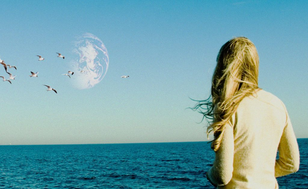 "Rhoda (Brit Marling) blickt fasziniert zum Himmel in ""Another Earth"" © Fox Searchlight Pictures"