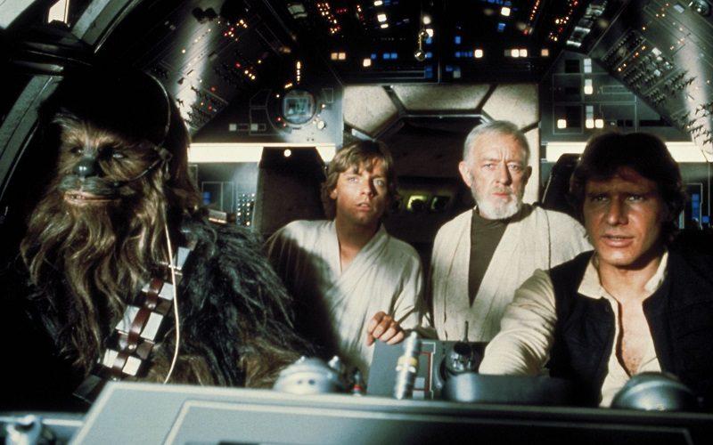Chewbacca, Luke, Obi-Wan und Han Solo sitzen im Cockpit des Rasenden Falken - Die 10 besten Filme der 70er