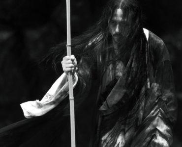 Ziyu stützt sich auf einen Stab, Shadow ©Constantin Film