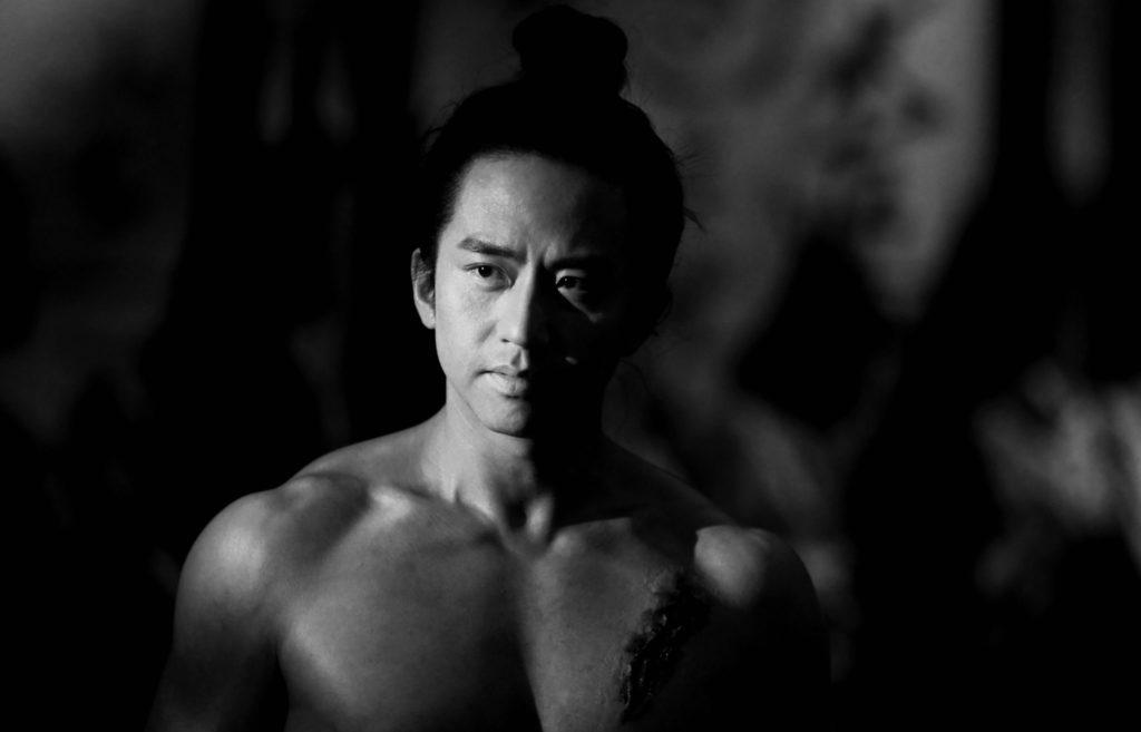 Ziyu oberkörperfrei in der Mitte des Bilds, Shadow ©Constantin Film