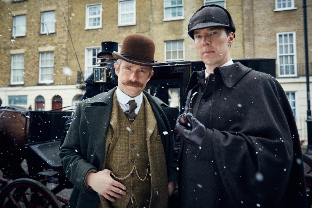 Benedict Cumberbatch und Martin Freeman posieren vor einer Kutsche als Sherlock Holmes und Dr. Watson