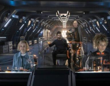 Picard, gespielt von Patrick Stewart, steht auf der Brücke der La Sirena neben dessen Captain Rios, gespielt von Santiago Cabrera. Raffi, gespielt von Michelle Hurd, und Dr. Jurati, gespielt von Alison Pill, sitzen davor an den Steuerpulten des kleinen Raumschiffes.