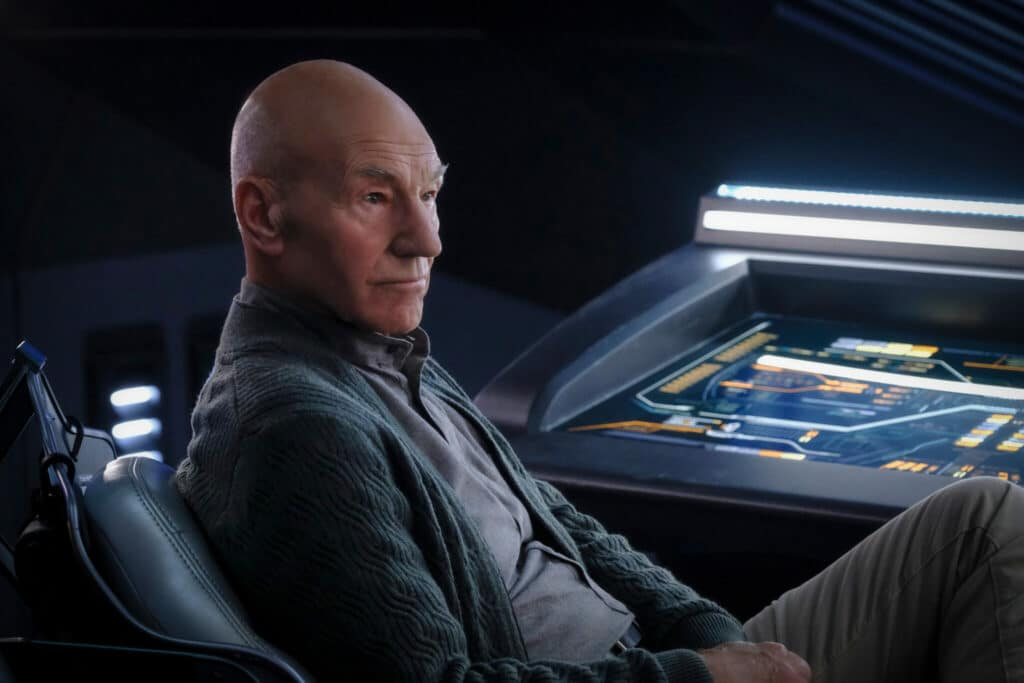 Picard, gespielt von Patrick Stewart, sitzt vor dem Steuerungsterminal der La Sirena.
