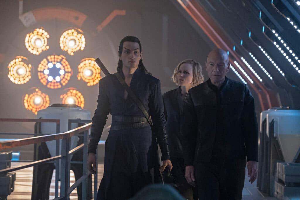 Picard ist mit seinem Leibwächter Elnor, gespielt von Evan Evagora, und Dr. Jurati, gespielt von Alison Pill, auf dem Weg in den Einsatz.