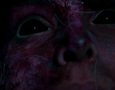 Die Nahaufnahme von der vom Dämonen besessenen Rapunzel (Olivia Dean) offenbart deren tiefschwarzen Augen.