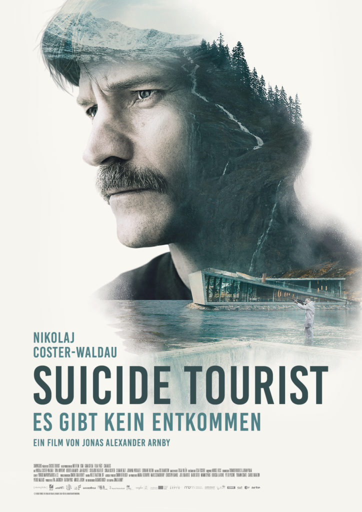 Das Kinoplakat zu Suicide Tourist - Es gibt kein Entkommen zeigt vor weißem Hintergrund das Konterfei von Hauptdarsteller Nikolaj Coster-Waldau, in dem das Aurora-Hotel und die bergige Landschaft zu sehen ist. © DCM